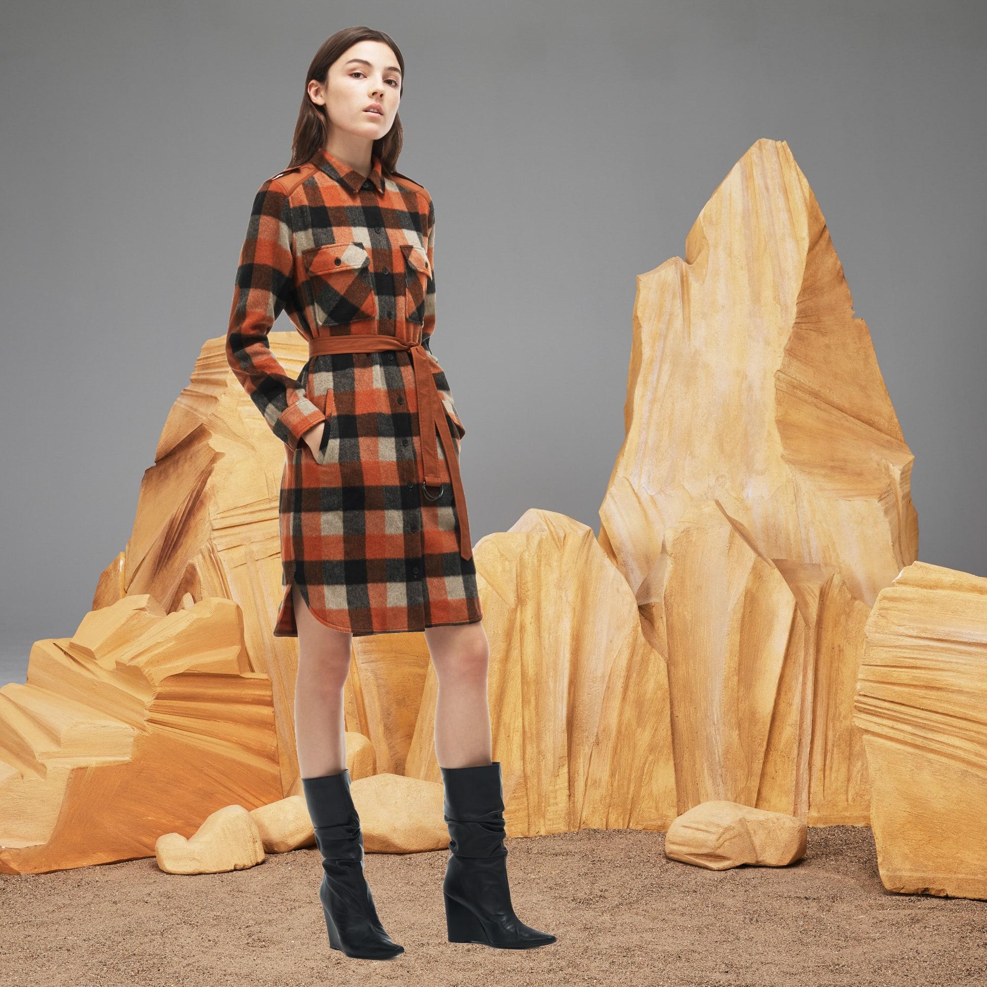 فستان طويل من صوف فلانيل بنقشة المربعات من مجموعة عرض الازياء للسيدات