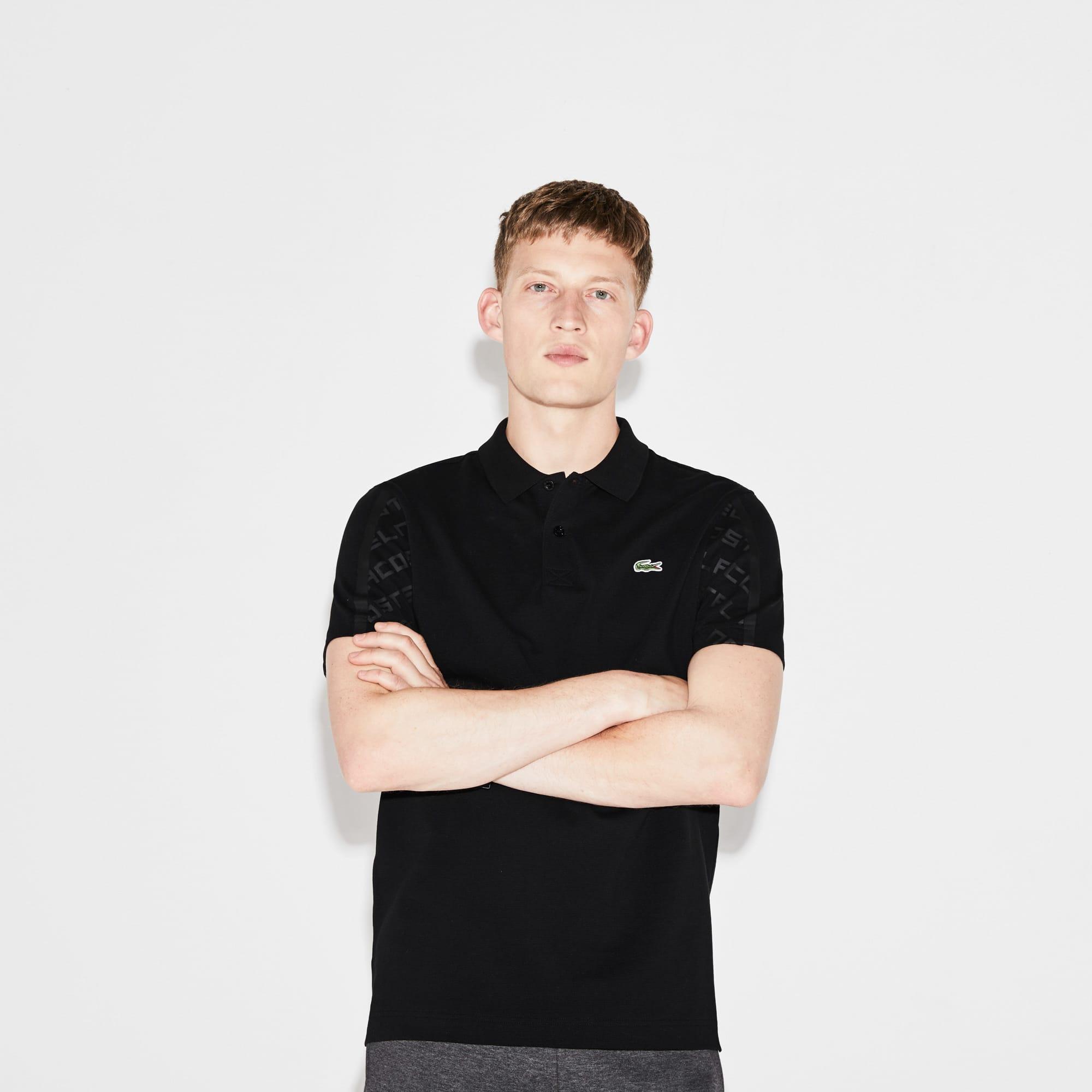 قميص بولو محبوك من نسيج خفيف، ذو أكمام مطبوعة من مجموعة Lacoste SPORT Tennis للرجال.