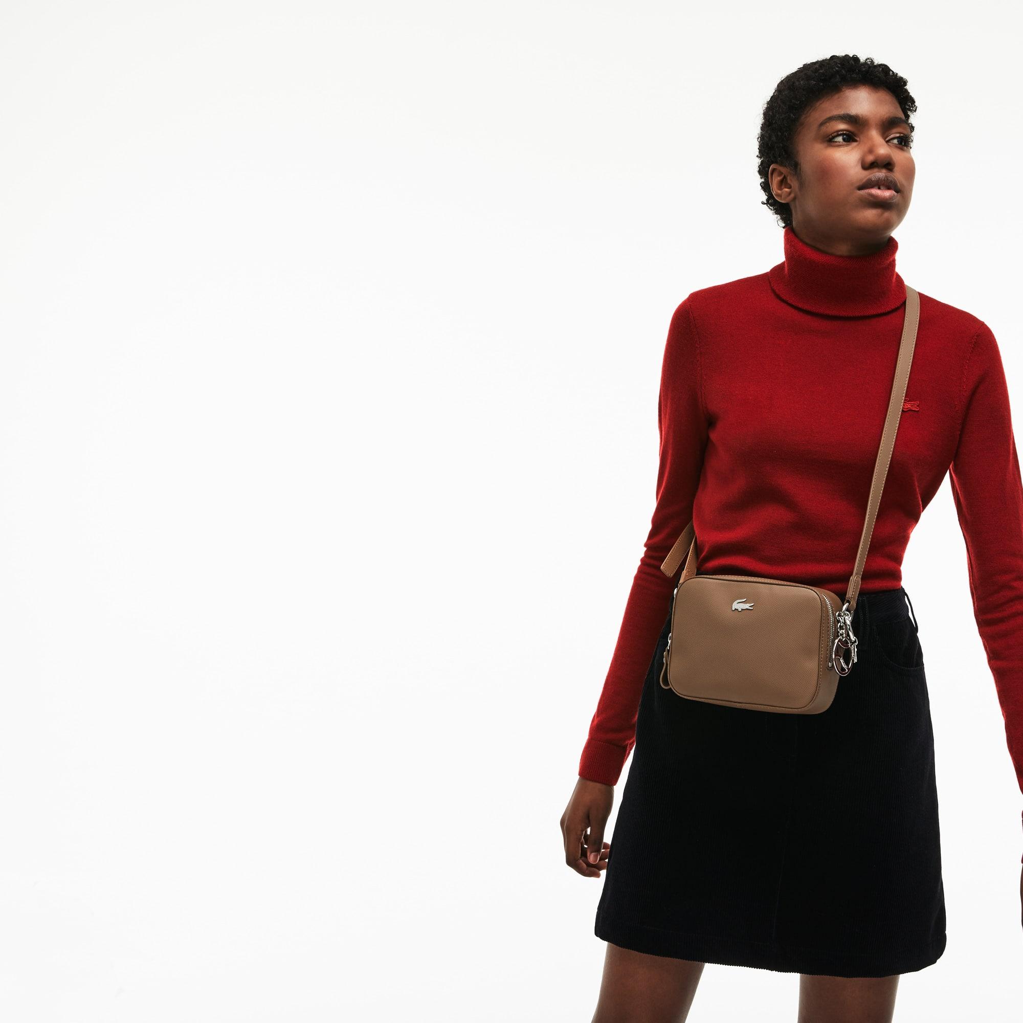 حقيبة بحمَّالة كتف طويلة مربعة الشكل مُصنَّعة من قماش الكنفا المحاك بأسلوب بيكيه من مجموعة Daily Classic للسيدات