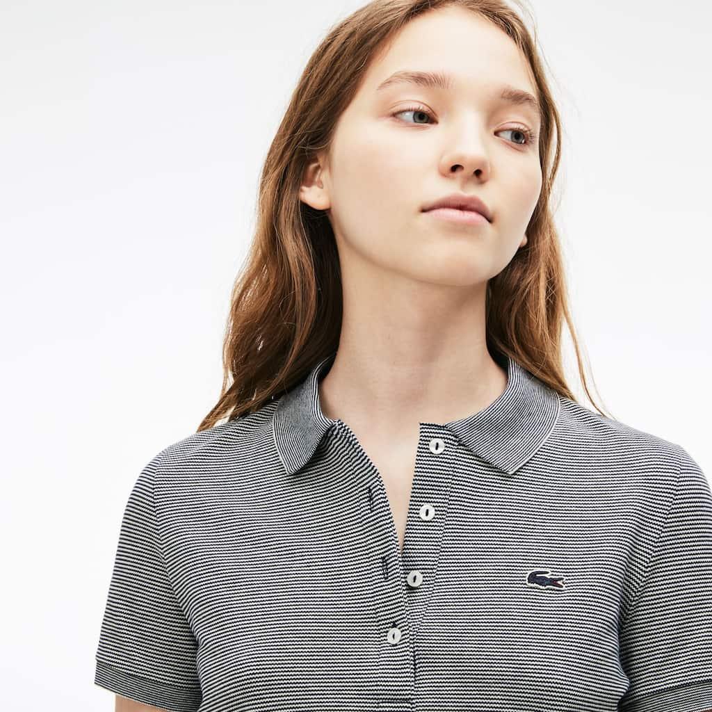 5db89a4ba122a Camisa Polo Lacoste Slim Fit Feminina em Minipiqué Stretch com Listras Finas