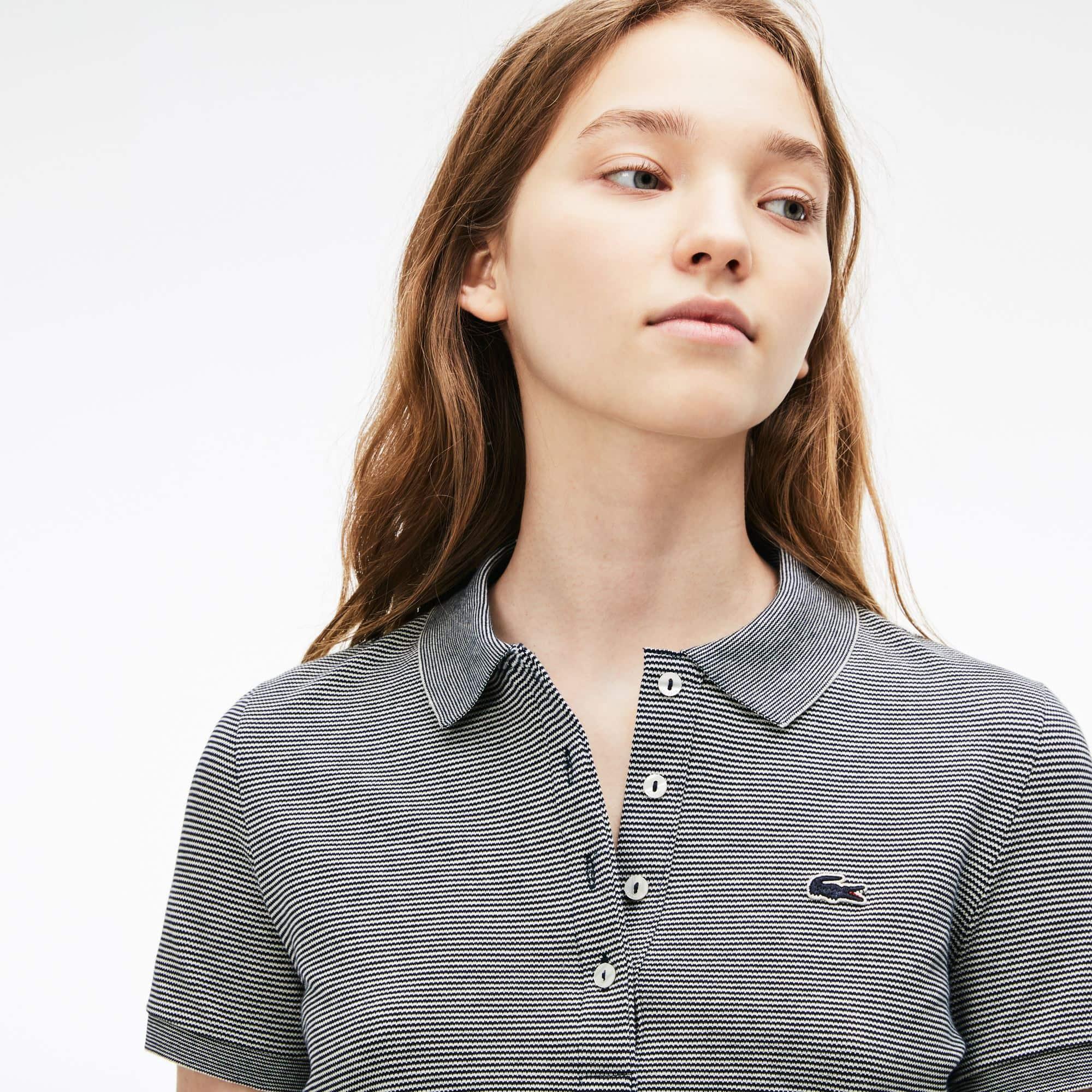 8d108a4093533 Camisa Polo Lacoste Slim Fit Feminina em Minipiqué Stretch com Listras Finas