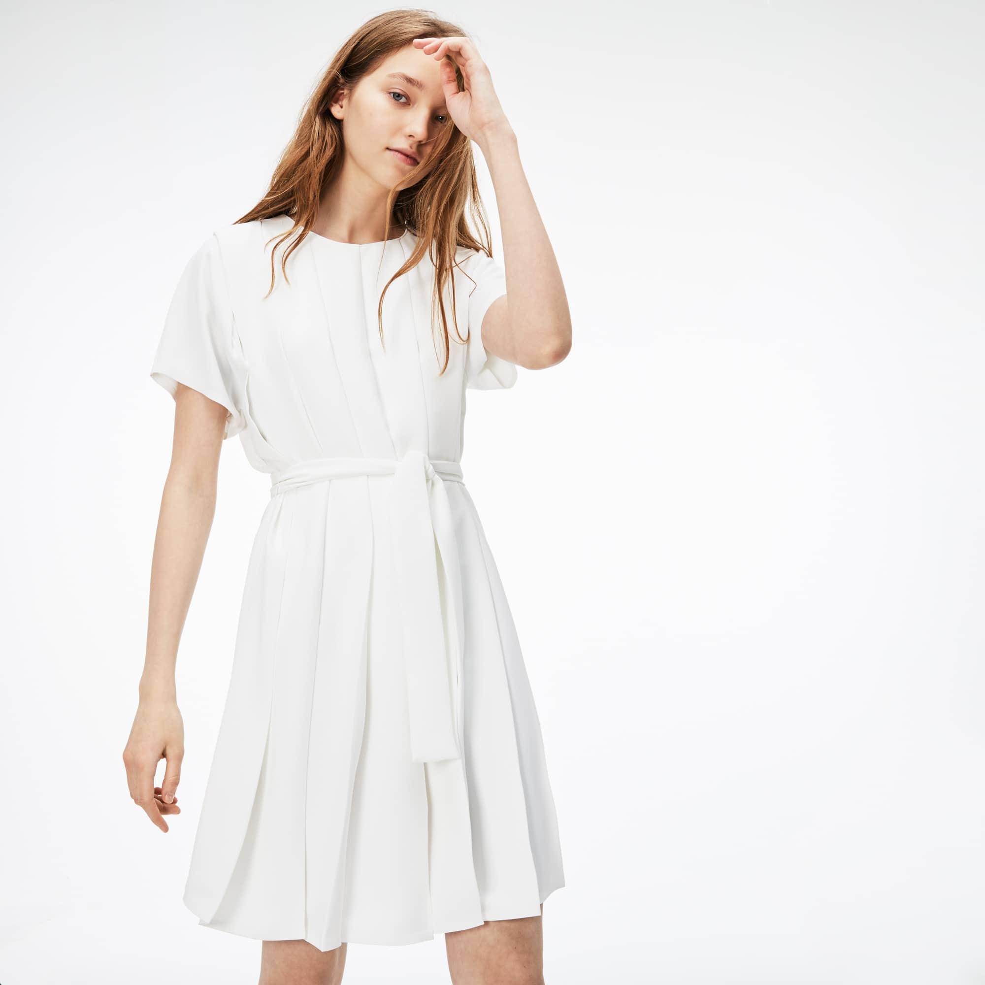 Vestido plisado con mangas tres cuartos de crepé liso