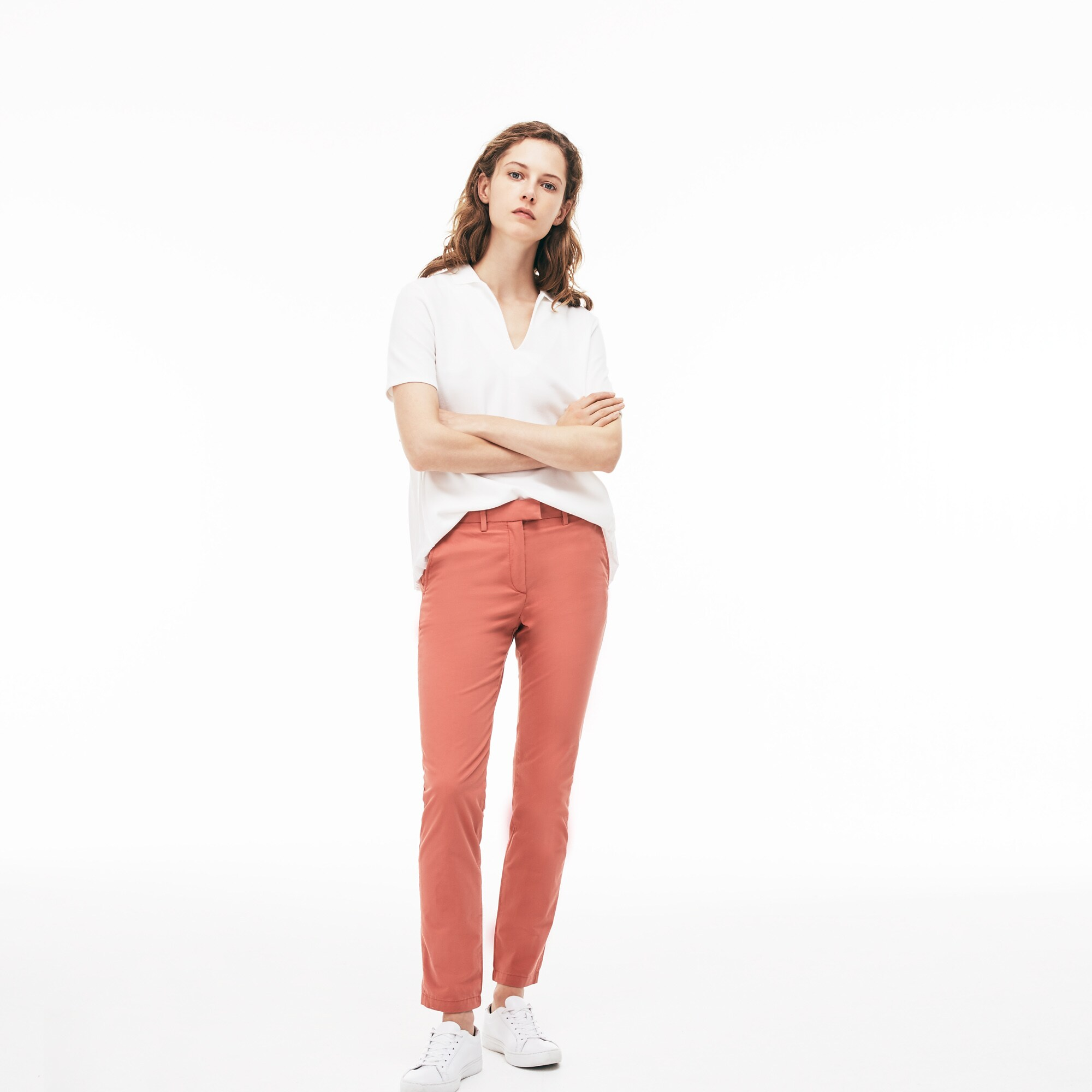 Pantaloni chino regular fit con pince in gabardine stretch tinta unita